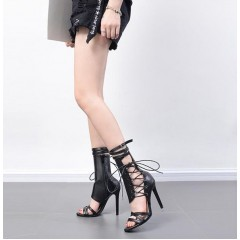Стильные черные босоножки на шнуровке и с молниям