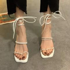 Белые босоножки римские на небольшом каблуке