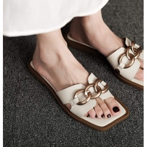 Белые тапочки с квадратным носком и плоской подошвой