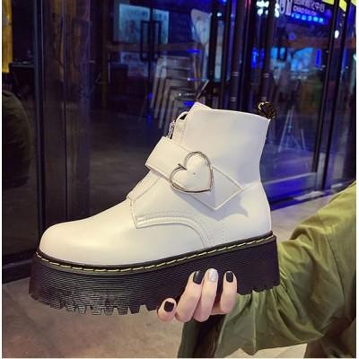 Массивные белые ботинки с сердечкам на ремешке