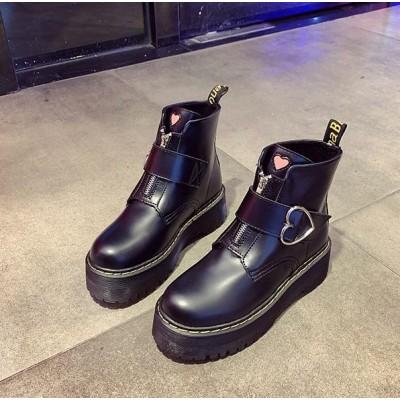 Массивные черные ботинки с сердечкам на ремешке