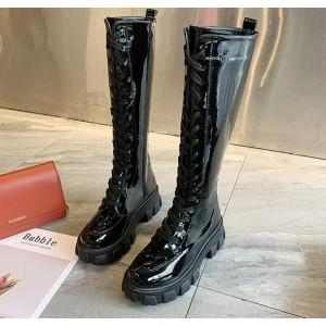 Высокие ботинки на шнурках и тракторной подошве черные