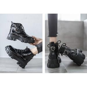 Низкие лаковые ботинки с ремешком на заднике