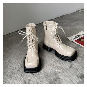 Женские  бежевые ботинки с квадратным мысом - носом на грубой черной подошве