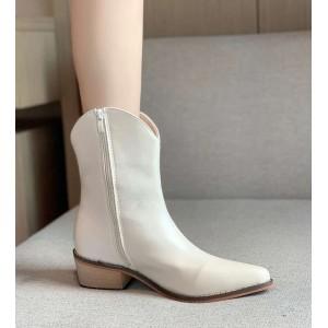 Ботинки казаки с острым носком белые