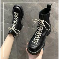 Высокие ботинки женские черные с белой шнуровкой