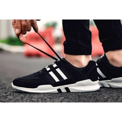 Черные спортивные кроссовки на шнуровке