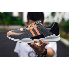 Серые спортивные кроссовки на шнуровке