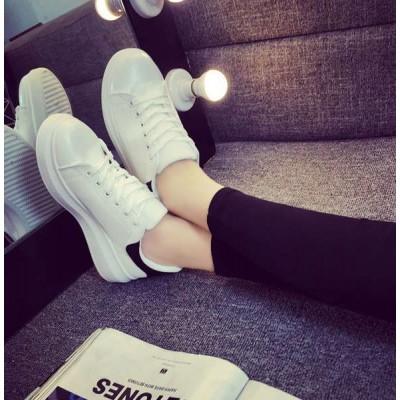 Белые кроссовки с черным задником