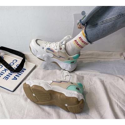 Женские кроссовки со светоотражающей полоской на носке