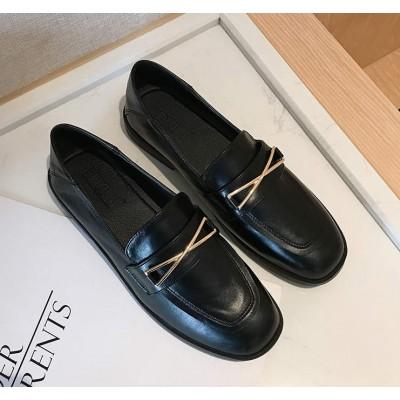 Черные туфли лоферы женские на плоской подошве