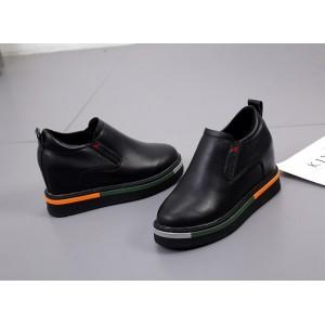 Чорні жіночі туфлі на танкетці