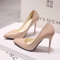 Бежевые лакированные туфли с острым носком