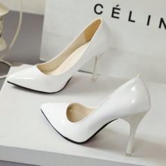 Белые лакированные туфли с острым носком