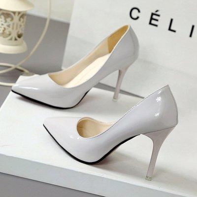 Серые лакированные туфли с острым носком