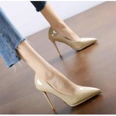 Бежевые туфли лаковые с острым носком