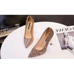 Золотые туфли с заостренным носком