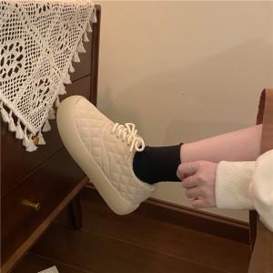 Жіночі низькі стьобані кросівки теплі з хутром бежеві