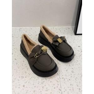 Женские красивые теплые туфли лоферы на меху с бантиком коричневые