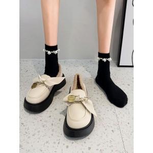 Женские красивые теплые туфли лоферы на меху с бантиком молочные на черной подошве