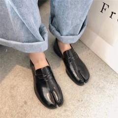 Жіночі чорні туфлі з роздвоєними носками - табі